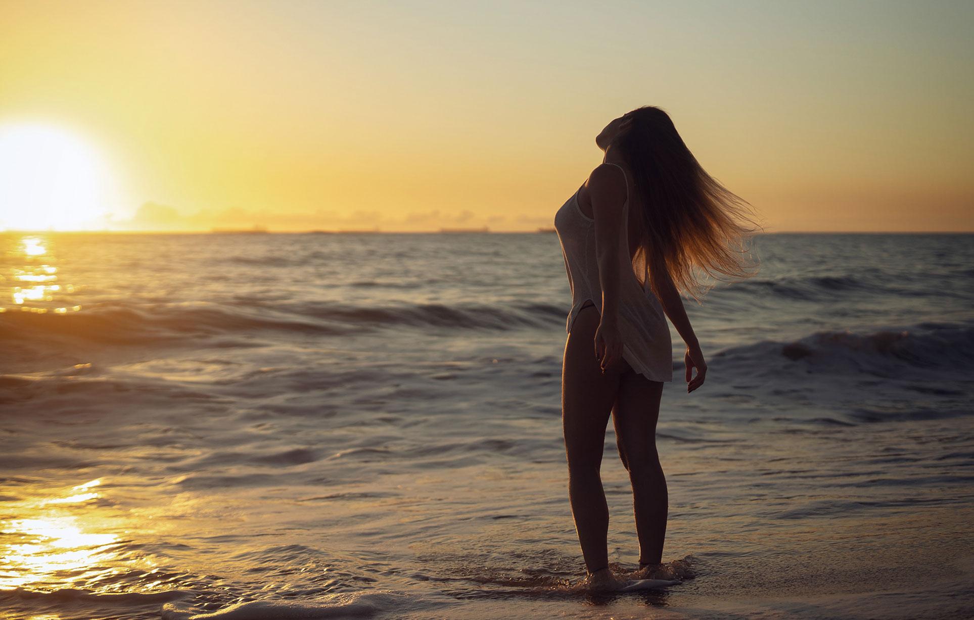 Девушка купается в море на закате / фото 01