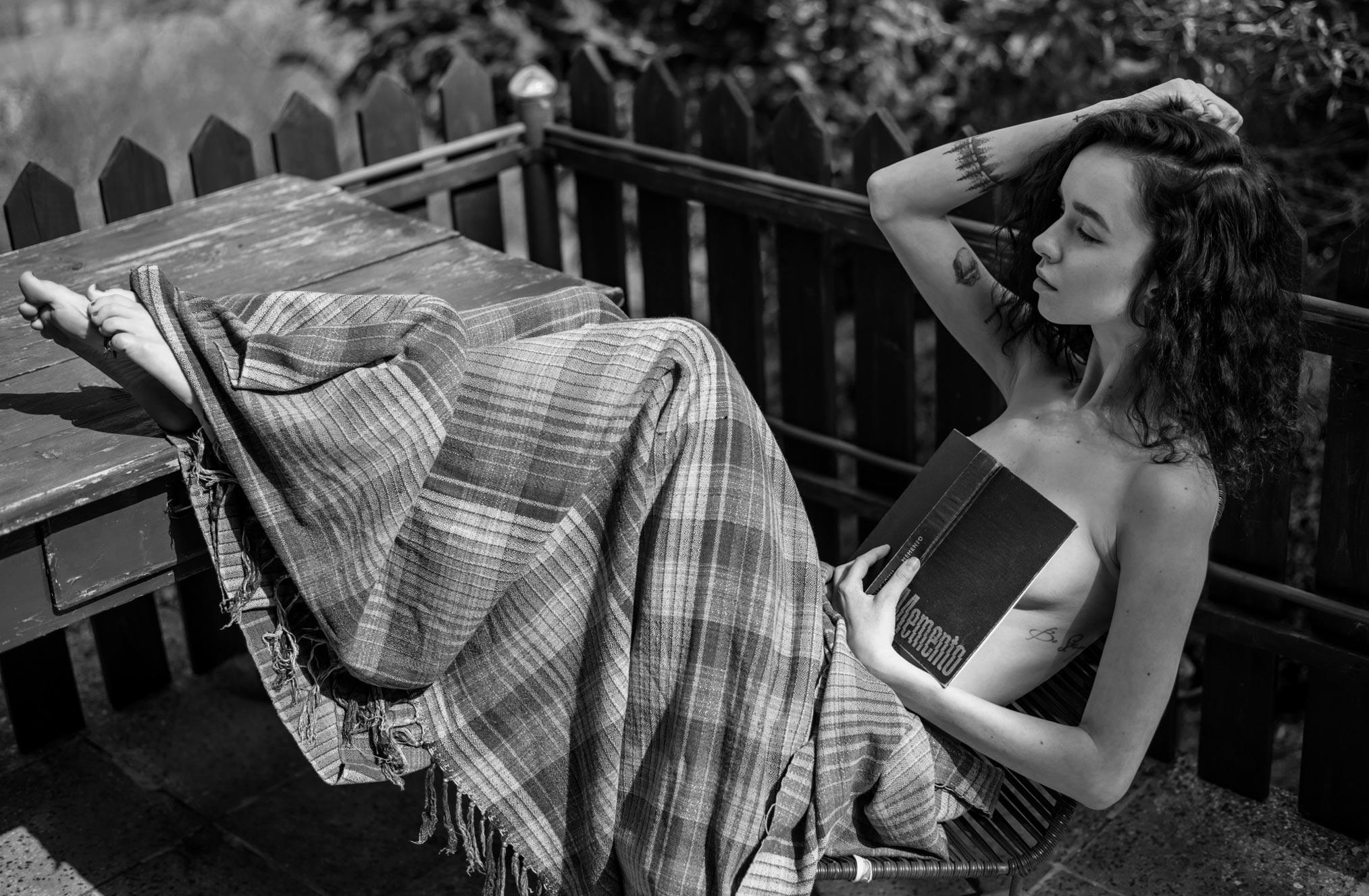 Катя на даче - читает книгу Memento и играет в бадминтон / фото 01