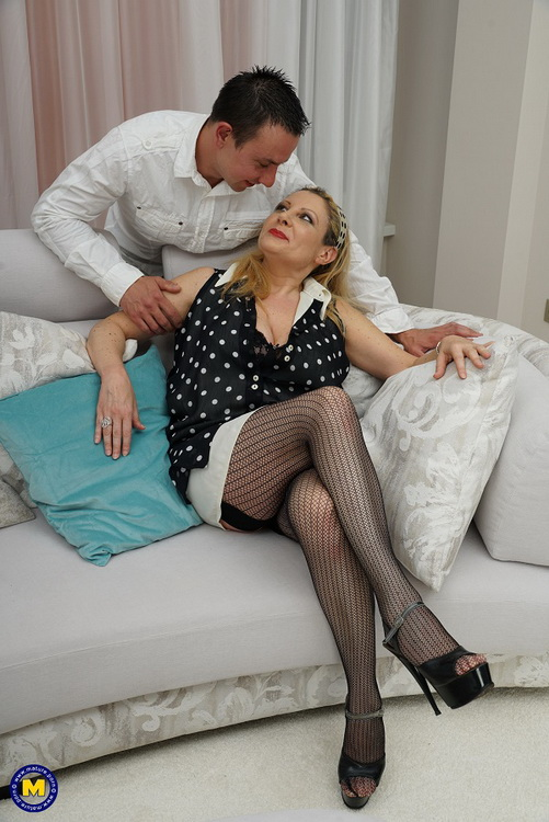 Mature.nl Mature.eu: Italian curvy housewife Valentina doing her toyboy Starring: Valentina