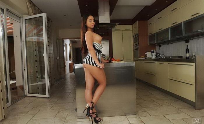 Kristall Rush - The Chef's Girlfriend (HD 720p) - PixAndVideo/21Sextury - [2021]