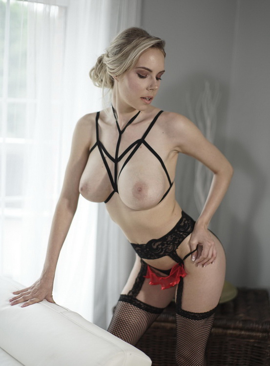 MomXXX/SexyHub: Florane Russell - Sexy blonde in fishnets and heels (FullHD) - 2021